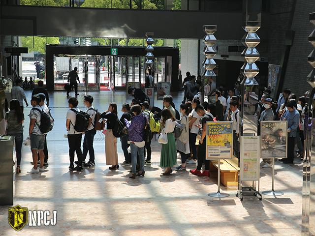 会場入りを待ち行列を作る観客