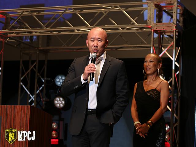 舞台上で挨拶するロビン・チャン